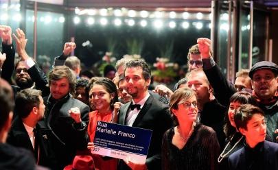 Wagner Moura exibe placa de Marielle no Festival de Berlim