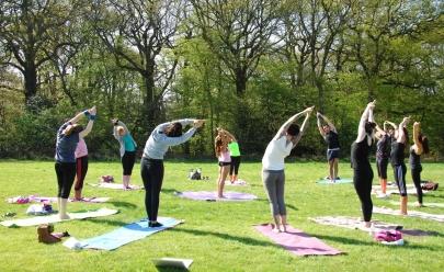Grupo faz prática de yoga aberta ao público em parque de Uberaba