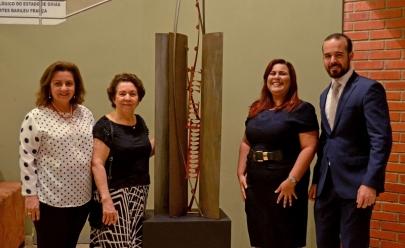 Artista plástica goiana doa escultura de uma década para Teatro Basileu França