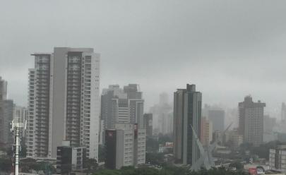Goiânia amanhece com neblina e chuva