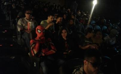'Homem-Aranha' assiste pré-estreia de 'Vingadores: Guerra infinita' em cinema de Goiás