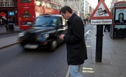 Cidade na Alemanha cria semáforos no chão para alertar viciados em celular