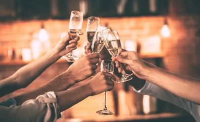 Grupo de amigos burla lei de proibição de álcool da maneira mais criativa possível