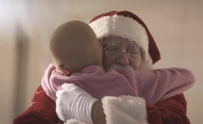 Papai Noel raspa a cabeça em visita às crianças com câncer