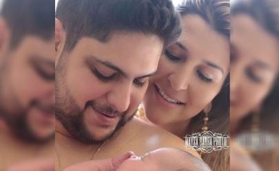Jorge, da dupla com Mateus, posa com a esposa e o filho recém-nascido e fãs se derretem