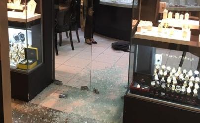 Joalheria em shopping de Goiânia é assaltada e bandidos fazem refém