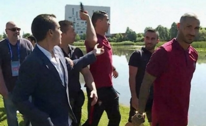 Cristiano Ronaldo se irrita e atira microfone de repórter em um lago; veja o vídeo