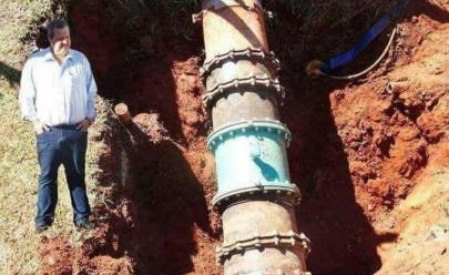 Photoshop em foto de prefeito 'vistoriando' obra gera montagens hilárias na internet