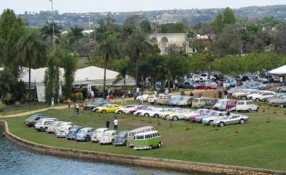 Evento gratuito reúne modelos clássicos de carro antigos em Brasília