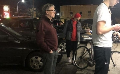 Bill Gates: o bilionário que espera na fila, come lanche de rua e veste roupa simples