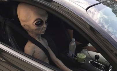 Motorista é flagrado em excesso de velocidade com 'ET' no banco do passageiro