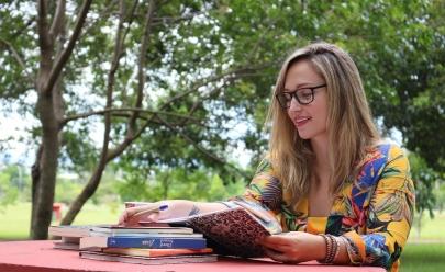 Escritora de Brasília lança seu primeiro romance em evento organizado por mulheres