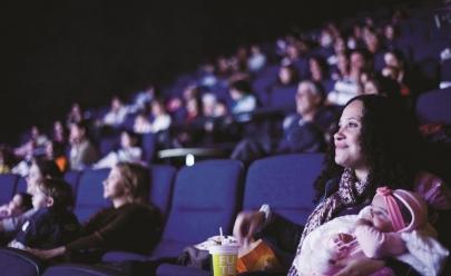 Projeto em Brasília exibe sessão de cinema para mães e bebês