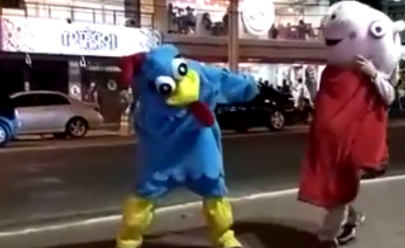 'Peppa Pig' e 'Galinha Pintadinha' brigam em rua de Caldas Novas; assista