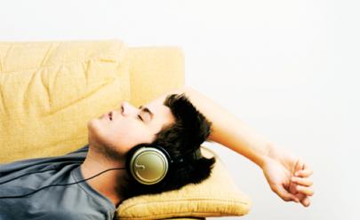 Dormir ouvindo música pode melhorar o sono e a memória