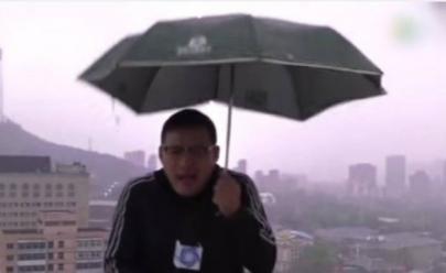 Vídeo mostra repórter atingido por um raio enquanto fazia matéria sobre chuva