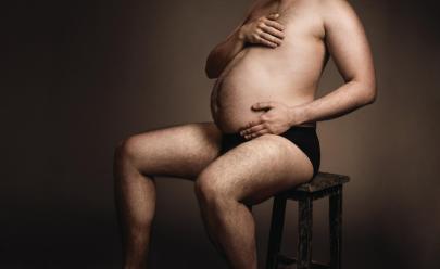 Anúncio de cervejaria alemã mostra homens exibindo com orgulho seus barrigões