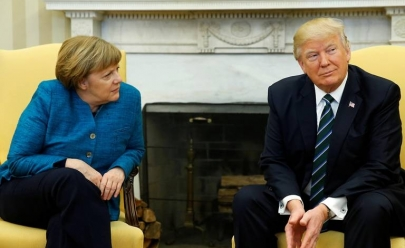 Donald Trump se recusa a cumprimentar Angela Merkel em momento constrangedor; veja o vídeo