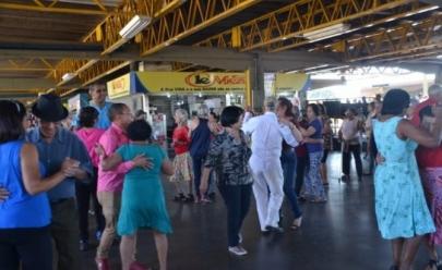 Passageiros caem no forró em terminal de Goiânia e vídeo viraliza
