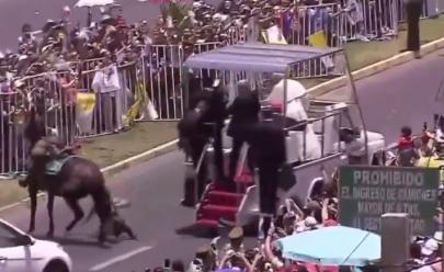 Vídeo: Papa quebra o protocolo para auxiliar policial que caiu do cavalo