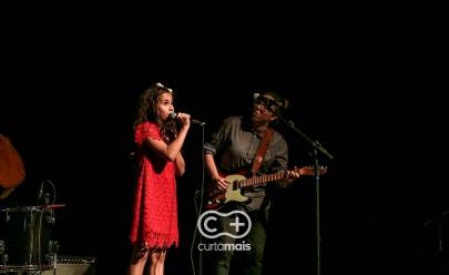 Bia do 'The Voice Kids' canta com Maria Gadú e é aplaudida de pé pelo público, durante show em Goiânia