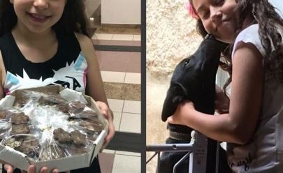 Menina de 10 anos vende chocolates para ajudar animais abandonados