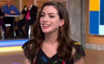 Anne Hathaway surpreende ao usar vestido de R$ 46 em programa de TV