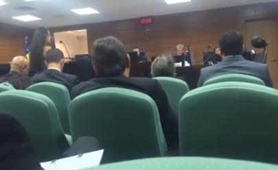 Desembargador ameaça abandonar audiência por causa de roupa de advogada em Goiânia e vídeo repercute