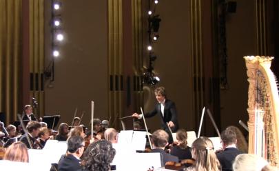 Mulher que dormia durante concerto grita ao ser acordada por orquestra; assista