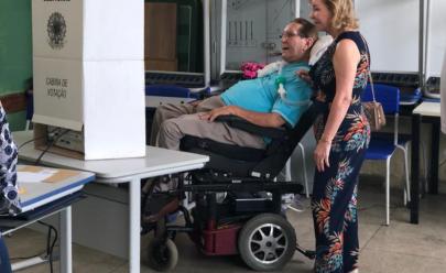 Este senhor de 78 anos, cadeirante e portador de ELA dá lição de cidadania ao votar em Goiânia