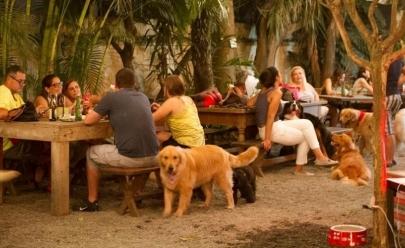 Bar de Uberlândia permite que clientes levem seus pets para o happy hour