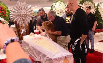 Cachorro de Kid Vinil se despede do dono em velório