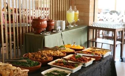 Restaurante em Brasília prepara feijoada e galinha caipira para o almoço do fim de semana
