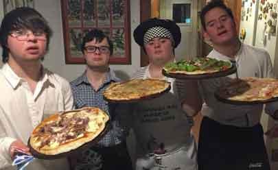 Rejeitados pelo mercado de trabalho, amigos com Sindrome de Down abrem pizzaria de sucesso