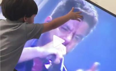 Filho de Cristiano Araújo tem reação emocionante ao ver imagem do pai em vídeo
