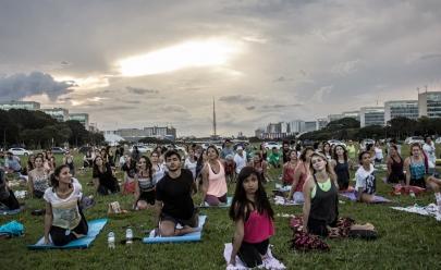 Ponto turístico de Brasília recebe aula gratuita de yoga