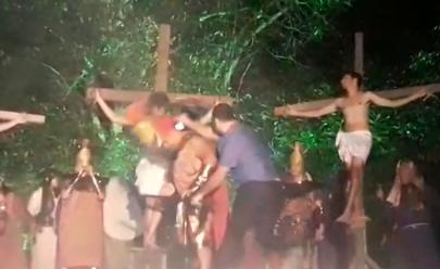 Homem agride ator com capacete e tentar 'salvar' Jesus em encenação da Paixão de Cristo; assista