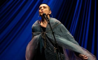 Adriana Calcanhotto faz show em Uberlândia