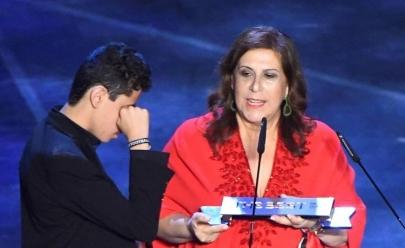 Mãe que narrou jogo de futebol para filho cego ganha prêmio Fifa de melhor torcedora
