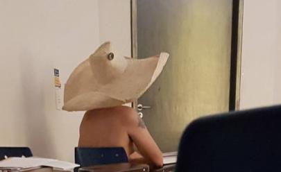 Apenas de chapéu, estudante assiste à aula nu em universidade de Goiânia