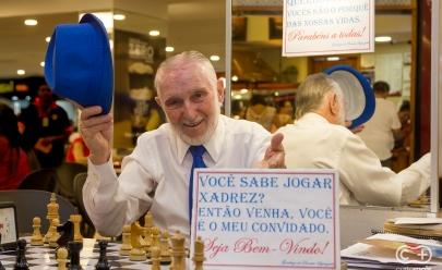 Conheça Dionísio, idoso que une as pessoas através do Xadrez em Shopping de Goiânia