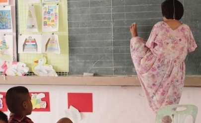 Ela se tornou professora depois de ser impedida de estudar por não ter braços