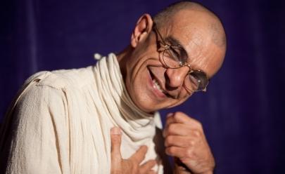 Vida e obra de Gandhi são retratadas em peça de teatro com João Signorelli
