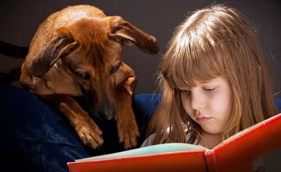Pesquisa mostra que crianças que crescem com cachorro de estimação são mais saudáveis