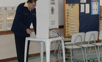 Aos 85 anos, Silvio Santos se nega a pegar fila preferencial e aguarda sua vez de votar