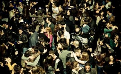 Jovens mobilizam 'festival do beijo' em Brasília