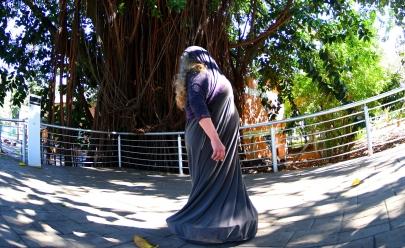 Embaixo de gameleiras de Goiânia espetáculo gratuito reflete força que vem do corpo feminino