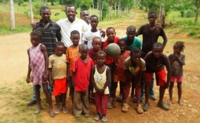 Haitiano radicado no Brasil vende livro para financiar moradias em seu país