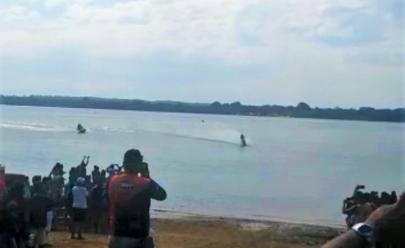 Motociclista anda sobre as águas do Rio Araguaia utilizando moto adaptada; veja vídeo