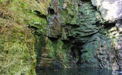 Encontramos uma cachoeira incrível, com uma piscina natural cercada por paredões de pedras
